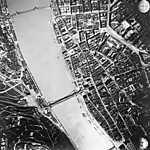 Budapest, légifotó. Középen az áradó Duna a Széchenyi Lánchíddal és az Erzsébet híddal (1944) (id: 20205) többrészes vászonkép