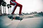 Venice beach, Gördeszkapark, Los Angeles - Piros melegítős srác (id: 16920) falikép keretezve