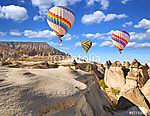 Hőlégballon repül a szikla tájon a Cappadocia Turkey-ban. (id: 6423) poszter