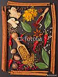 csendélet fűszerekkel és fűszernövényekkel a keretben (id: 7141) poszter