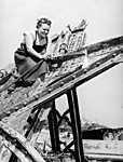 Munkában a hegesztő-lángvágó szakmunkásnő, Budapest Erzsébet-híd (1949) (id: 20153) falikép keretezve
