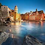 Vernazza falu, templom, sziklák és tengeri kikötő a naplementébe (id: 5153)