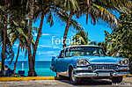 Kék amerikai vintage autó parkolt a strandon pálmafák alatt V-be (id: 12674)