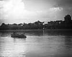 Siófok, a Petőfi sétány (Siófoki Korzó) elején lévő Sió és Hullám szálloda a Balaton felől nézve (1917) (id: 20182) falikép keretezve