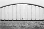 Biciklis a hídon (id: 17484) vászonkép óra