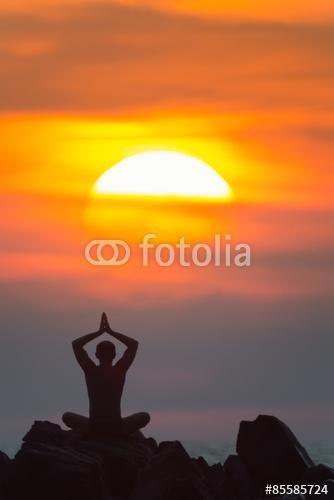 Yoga. A sziluettje a férfi meditál a sziklákon a szabadban., Premium Kollekció