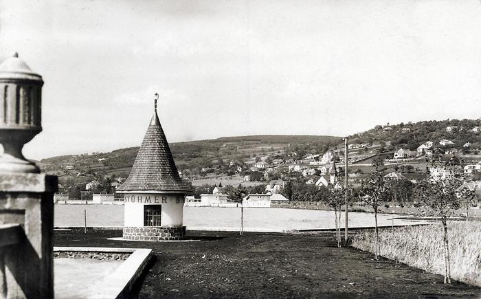 Balatonalmádi kikötő. Háttérben a Szent Imre-templom (1930), FORTEPAN