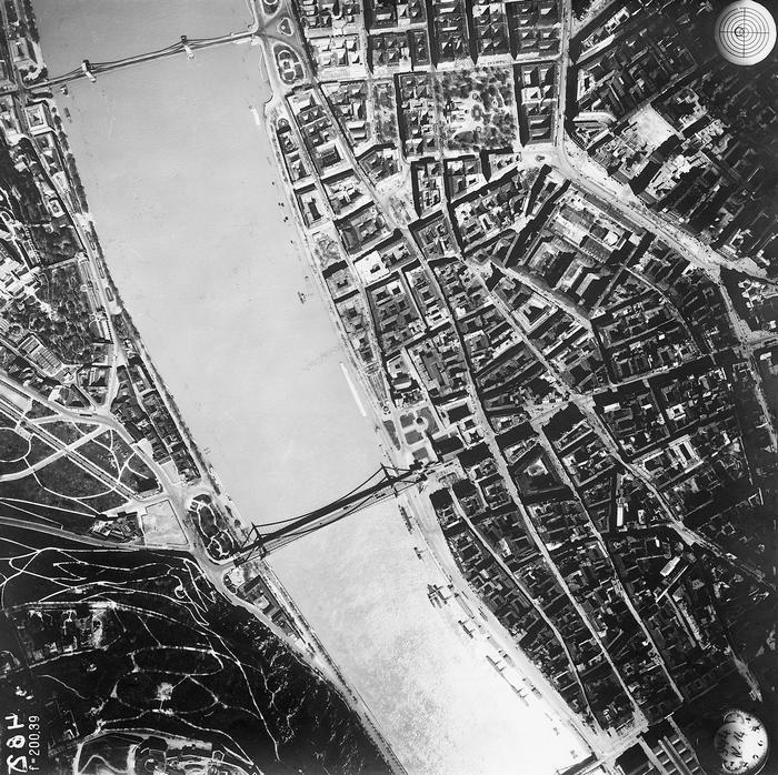 Budapest, légifotó. Középen az áradó Duna a Széchenyi Lánchíddal és az Erzsébet híddal (1944), FORTEPAN
