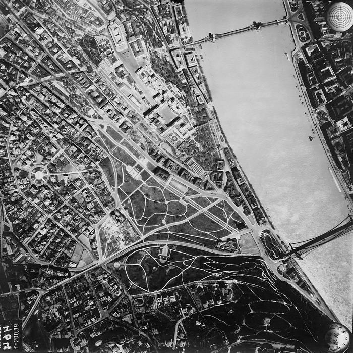 Budapest, légifotó . Balra a Naphegy, fenn a budai Várban a Szent György tér épületei és a Királyi Palota (1944), FORTEPAN