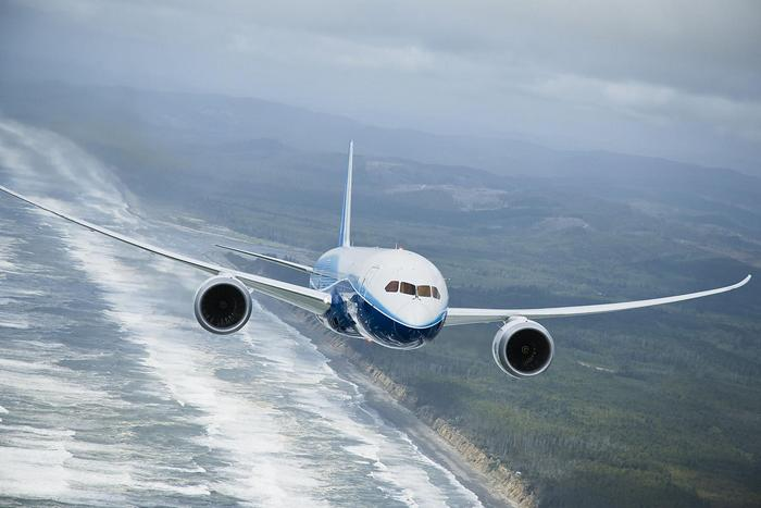 Boeing 787 Dreamliner a föld felett,