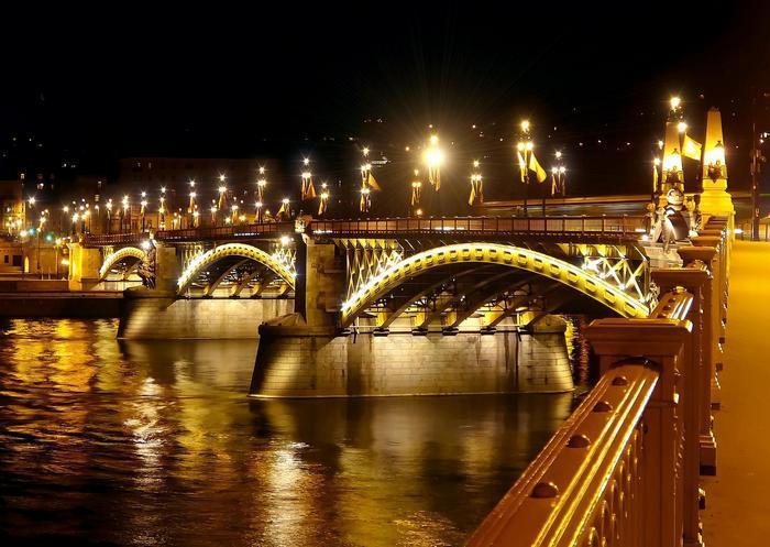 Margit híd díszkivilágításban,