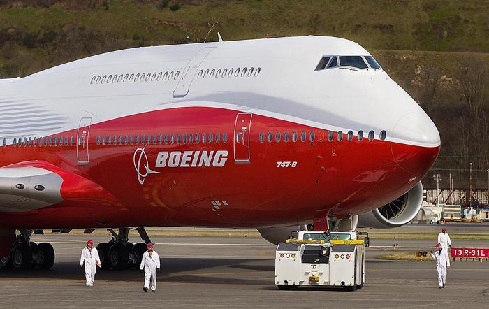 Boeing 747-8 a reptéren,