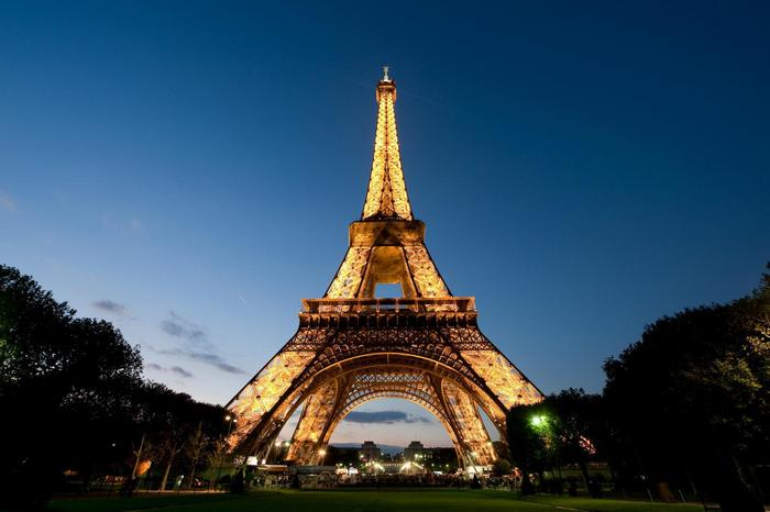 A kivilágított Eiffel-torony alulnézetből,