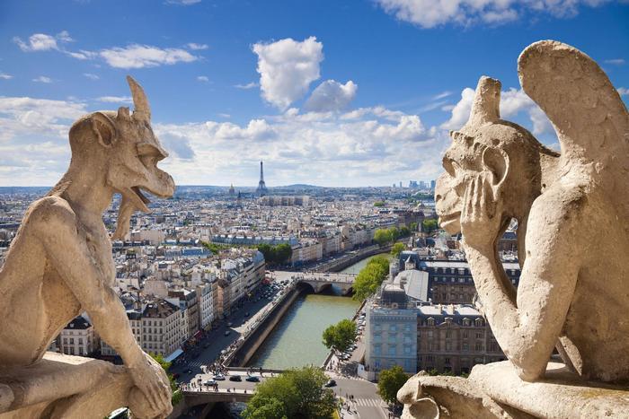 Párizsi látkép a Notre Dame szobraival,