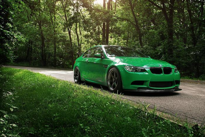 Zöld BMW az erdőben,