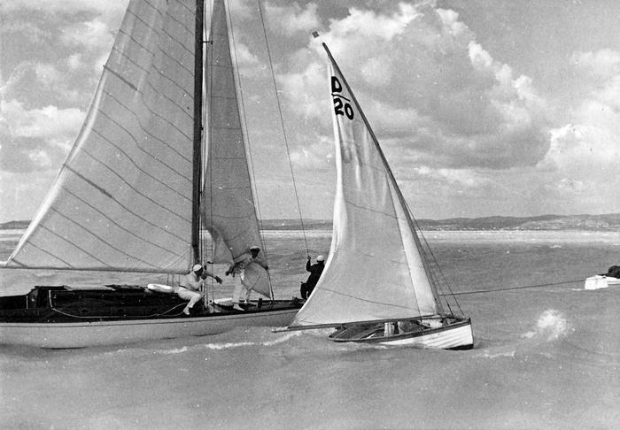 Balaton 30-as cirkáló és mellette egy balatoni dingi (1935), FORTEPAN