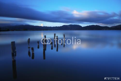 A fából készült móló vagy móló a kék tó naplementéjén és az ég v, Premium Kollekció