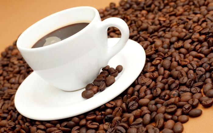 Kávé fehér csészében,