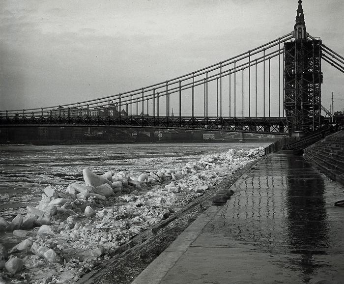 Az épülő Erzsébet híd pesti hídfője a zajló Dunával (1903), FORTEPAN