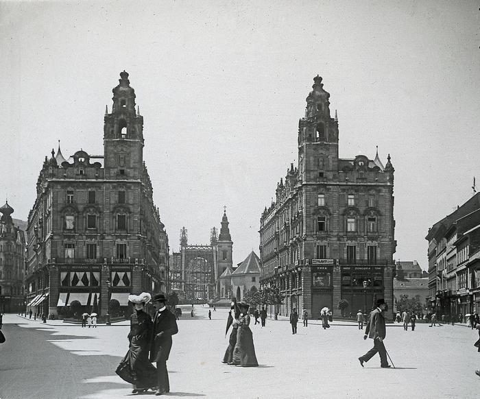 Ferenciek tere (Kígyó tér)-Klotild paloták,háttérben az épülő Erzsébet híd (1902), FORTEPAN