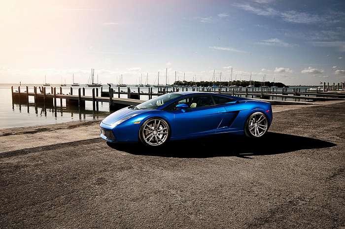 Kék Lamborghini Gallardo a kikötőben 2.,